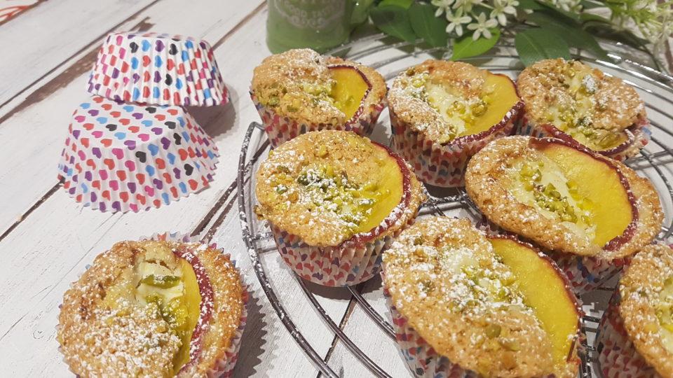 Muffin ai pistacchi con pesche e cuore di crema di ricotta