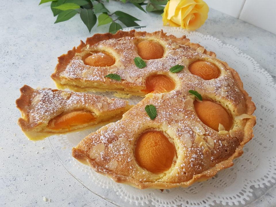 Crostata con crema frangipane e albicocche
