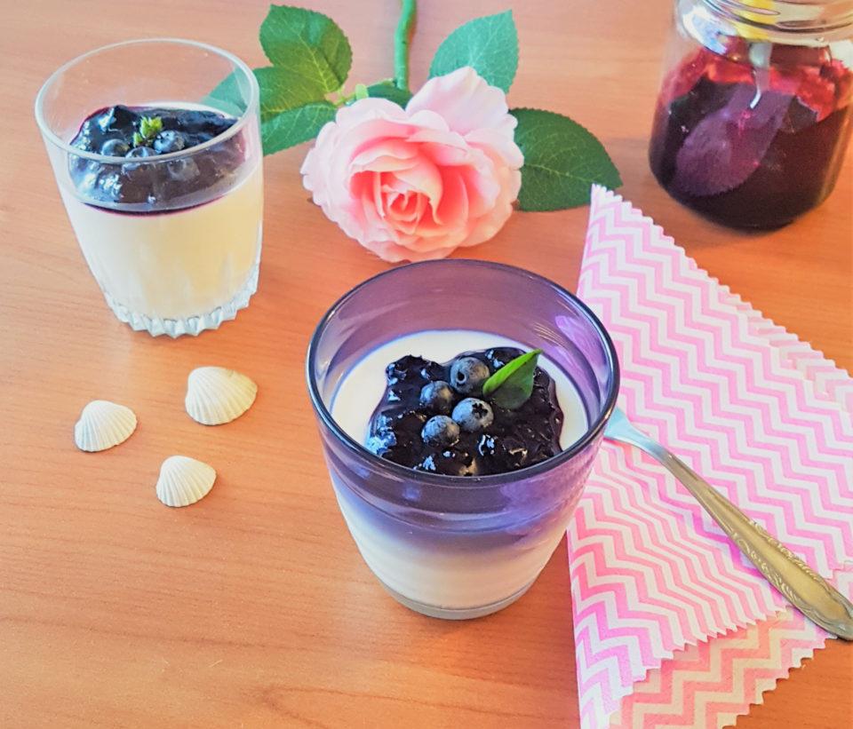 (Italiano) Panna cotta allo yogurt con salsa di mirtilli al basilico