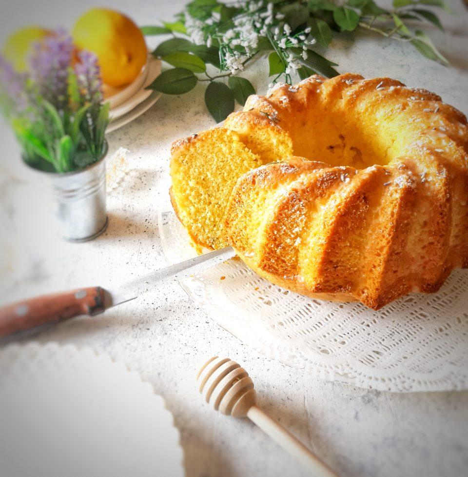 (Italiano) Ciambellone all'acqua al limone e lavanda