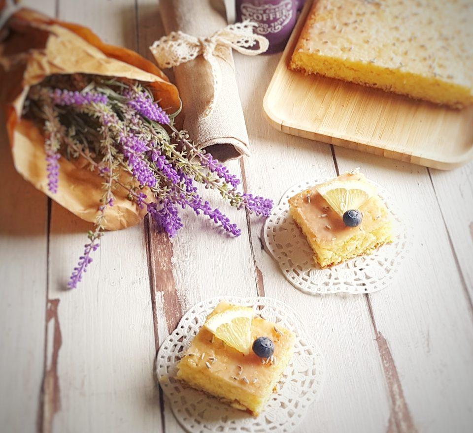 (Italiano) Torta senza glutine alle mandorle con glassa al limone e lavanda