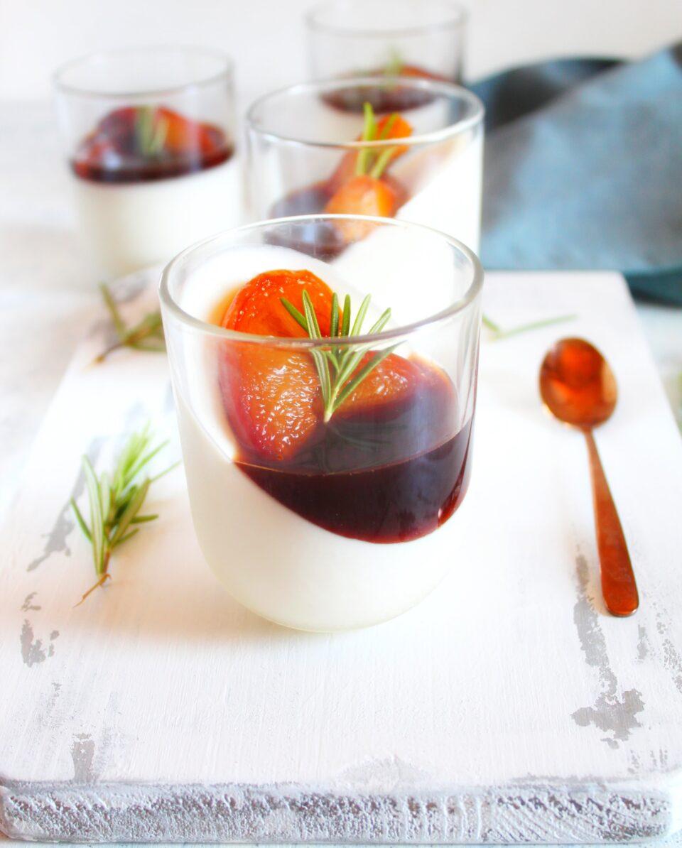 Panna cotta allo yogurt con pesche nettarine caramellate all'aceto balsamico e rosmarino