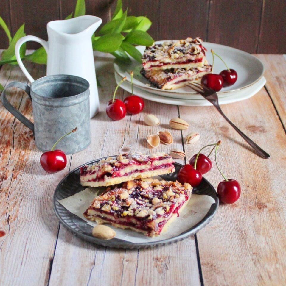 (Italiano) Torta di frolla con ciliegie e pistacchi